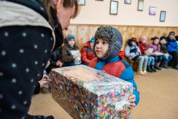 Rozdávání Mikulášských balíčků ve vesnici Mykolajivka v prosinci 2019. Foto: Miroslav Hodeček, SHPaRS
